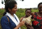 anjali-with-kid-in-uganda